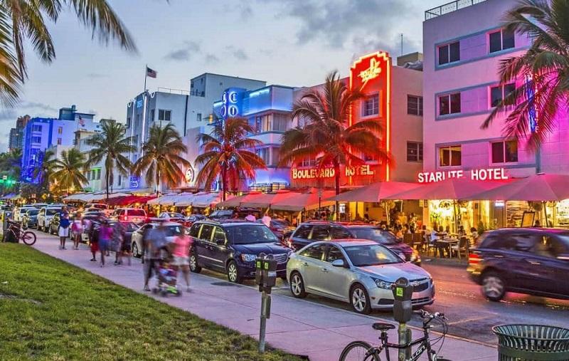 Avenida Ocean Drive para curtir a noite em Miami