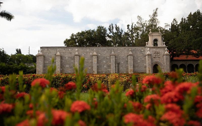 Ancient Spanish Monastery Cloister and Gardens em uma viagem romântica por Miami