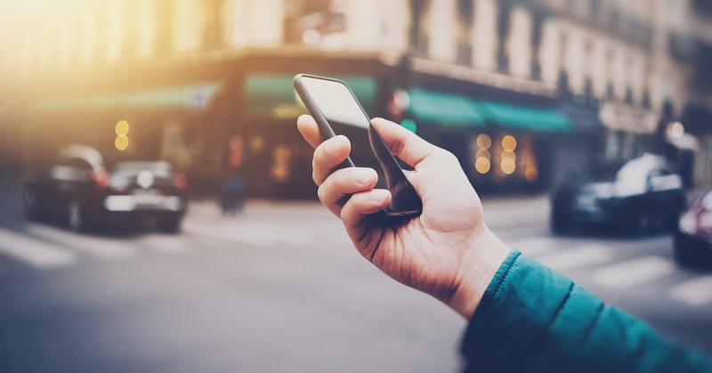 Usar o celular para várias funções em Miami