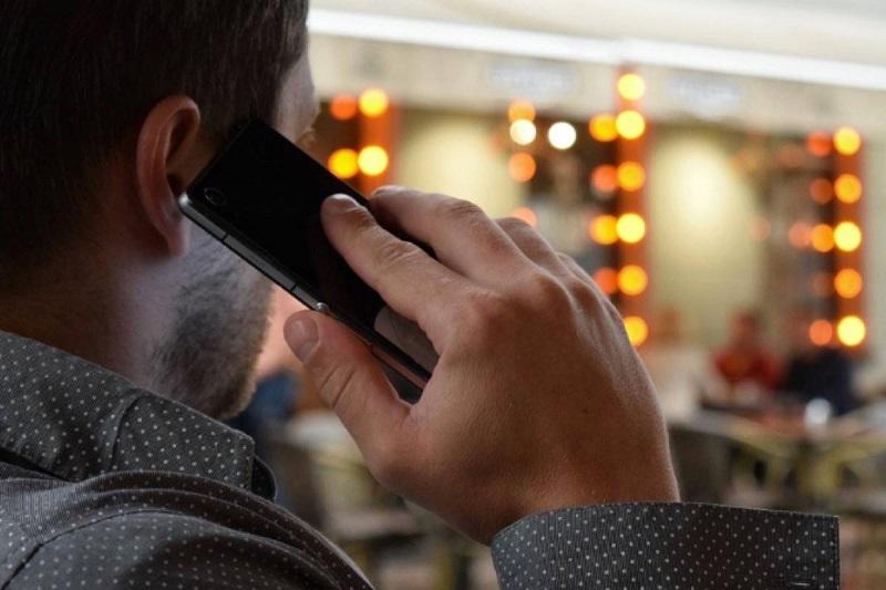 Pessoa falando no celular em Miami