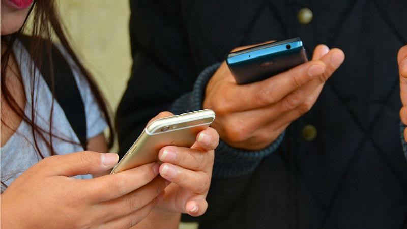 Pessoas usando o celular em uma viagem em Miami