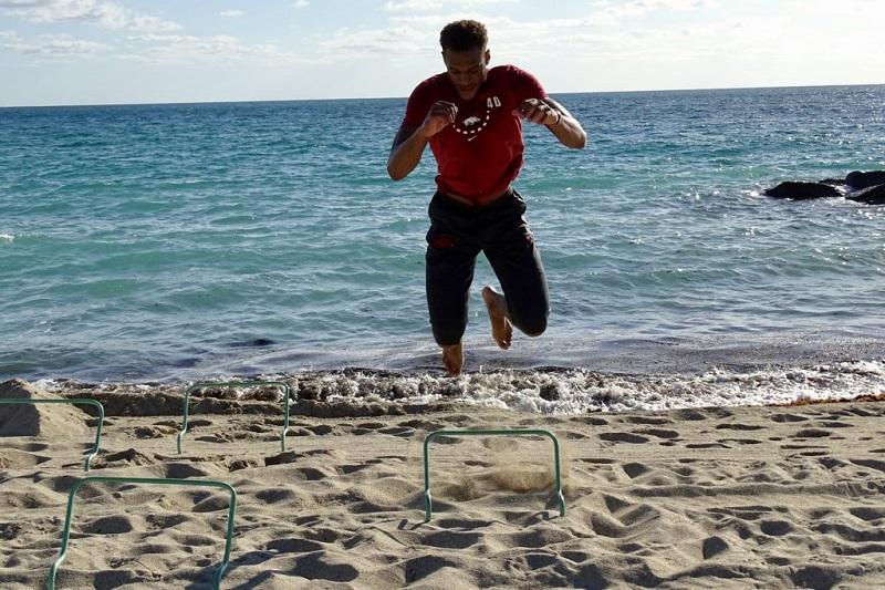 Homem fazendo circuito em praia em Miami