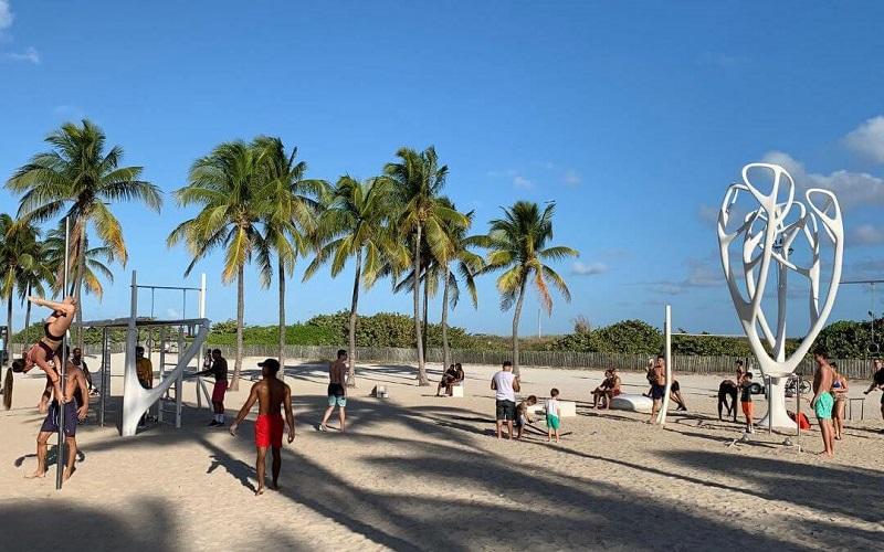 Pessoas fazendo exercícios em South Beach Miami