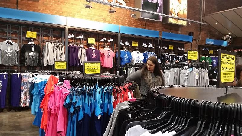 Roupas na loja Adidas em Miami