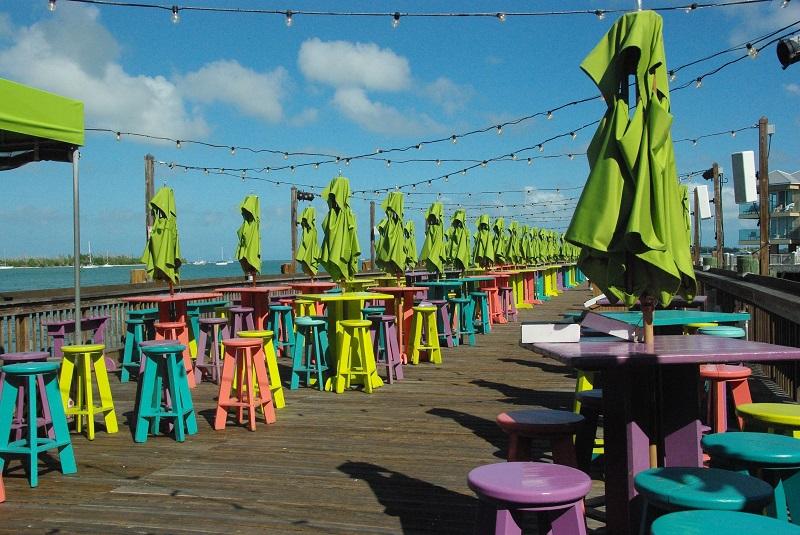 Mesas e banquinhos na Mallory Square em Key West