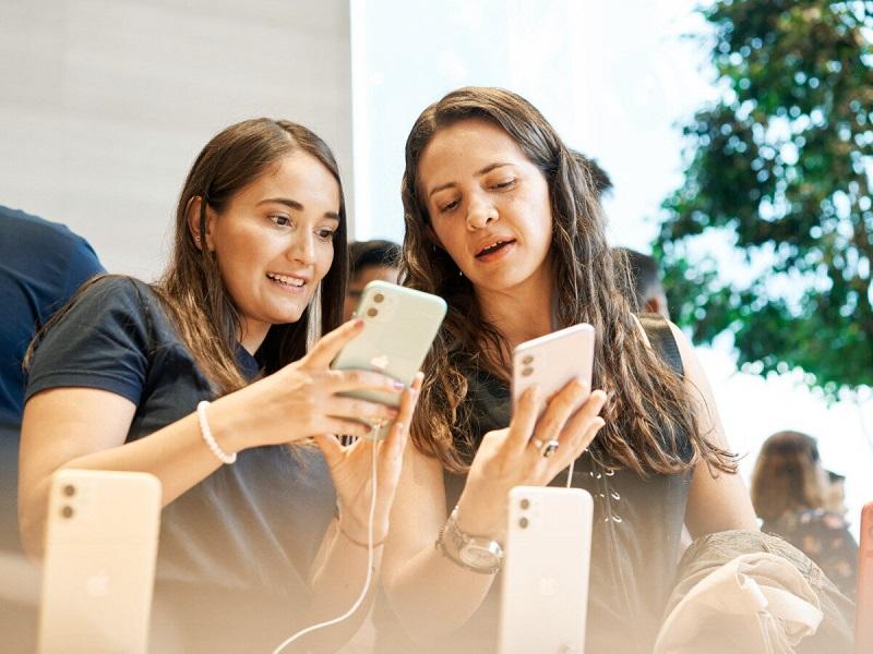 Mulheres comprando iPhone 11