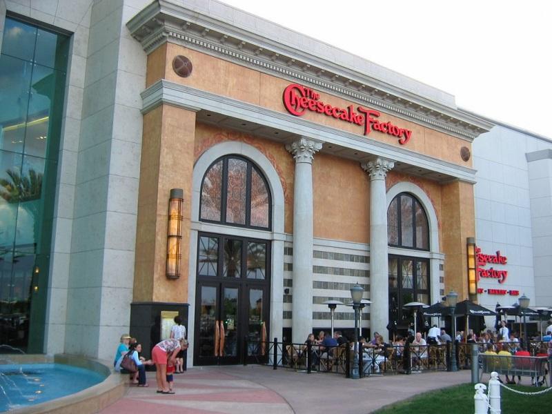 Comprar chocolates e doces na loja Cheesecake Factory em Orlando